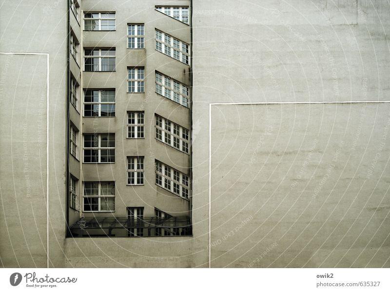 Nischendasein Häusliches Leben Wohnung Haus Mauer Wand Fassade Fenster groß Stadt Farbfoto Gedeckte Farben Außenaufnahme Detailaufnahme Menschenleer