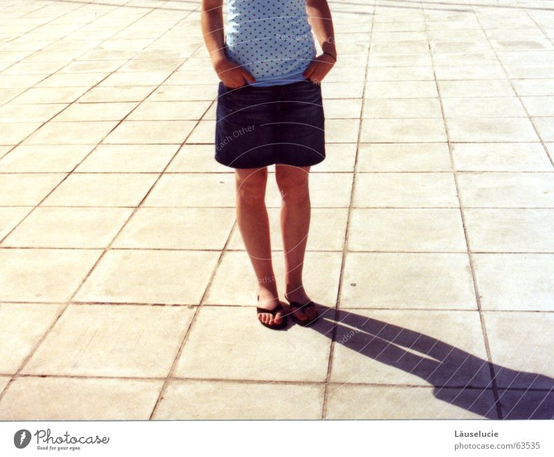 gestellt. Sommer Erwachsene Beine warten Platz stehen Bodenbelag einzeln Bildausschnitt Anschnitt geduldig sommerlich Bodenplatten kopflos Minirock Flipflops