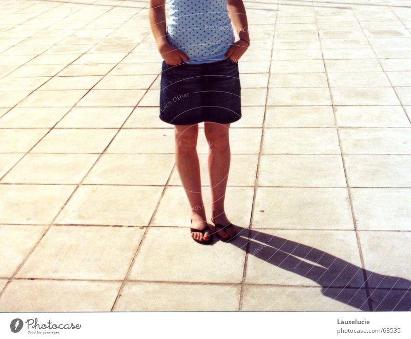 gestellt. unentschlossen stehen kopflos Flipflops Beine Schatten warten Bodenbelag 1 Mensch einzeln Nur eine Frau allein Eine junge erwachsene Frau Erwachsene