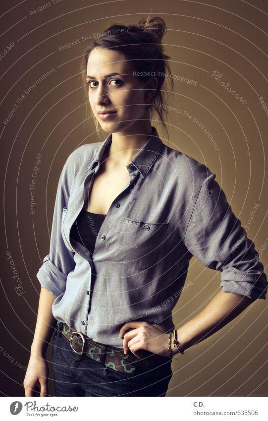 Johanna I Jugendliche blau schön Junge Frau 18-30 Jahre Erwachsene feminin natürlich braun Körper stehen dünn Jeanshose Hemd brünett Erwartung