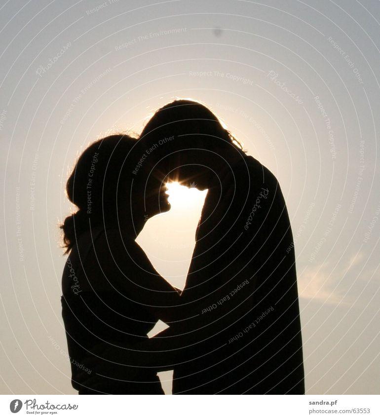 Kuss in der Sonne I Küssen Mann Frau Sonnenuntergang Liebe Umarmen Paar päärchen kiss couple paarweise Liebespaar Zusammensein Partnerschaft Vertrauen Zuneigung