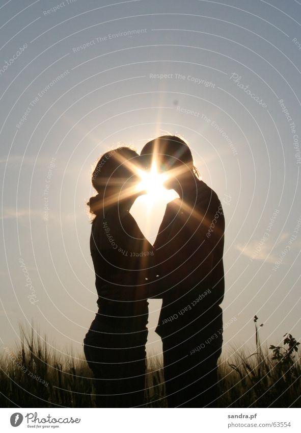 Kuss in der Sonne II Küssen Mann Frau Sonnenuntergang Liebe Umarmen Paar päärchen kiss couple paarweise Liebespaar Zusammensein Partnerschaft Vertrauen