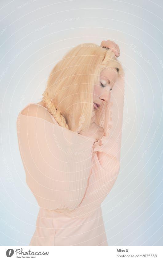 Fee schön Mensch feminin Junge Frau Jugendliche 1 18-30 Jahre Erwachsene Kleid Stoff blond Zopf schlafen träumen Traurigkeit hell rosa Gefühle Stimmung