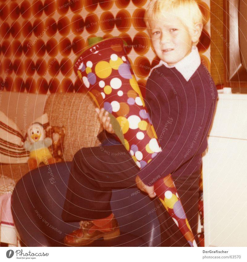 Nachwuchs-Skeptiker Kind Junge Schule Schuhe Beine braun Raum orange Angst blond Beginn neu Fernseher Körperhaltung Hose Tapete