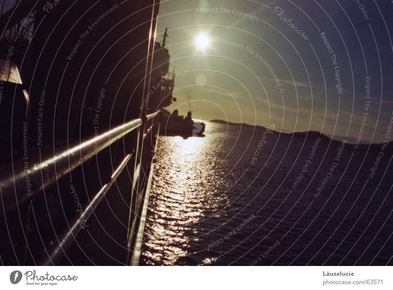 das blendet Fähre Wasserfahrzeug Griechenland unterwegs Sonnenuntergang Meer Sommer Seemann Licht blenden Berge u. Gebirge Abend Schatten