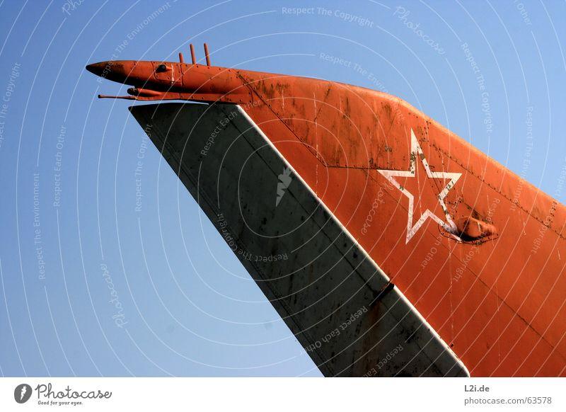TAIL FIN Heckflosse Flugzeug planen rot tail fin Rost Stern (Symbol) blau fliegen Himmel Flügel Niete alt Schiffswrack