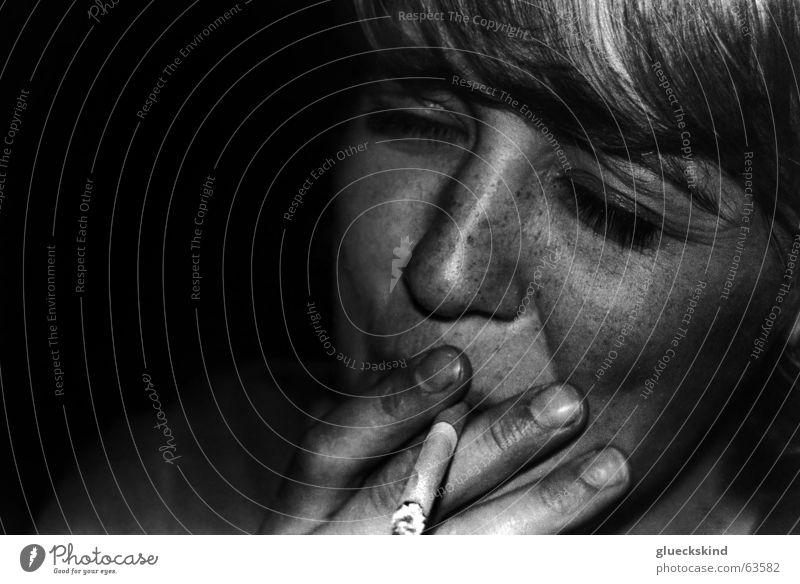 metal smoke Frau Zigarette Nacht Sommersprossen dunkel blond feminin Rauch Suche Rauchen schwarz-weiß. schatten