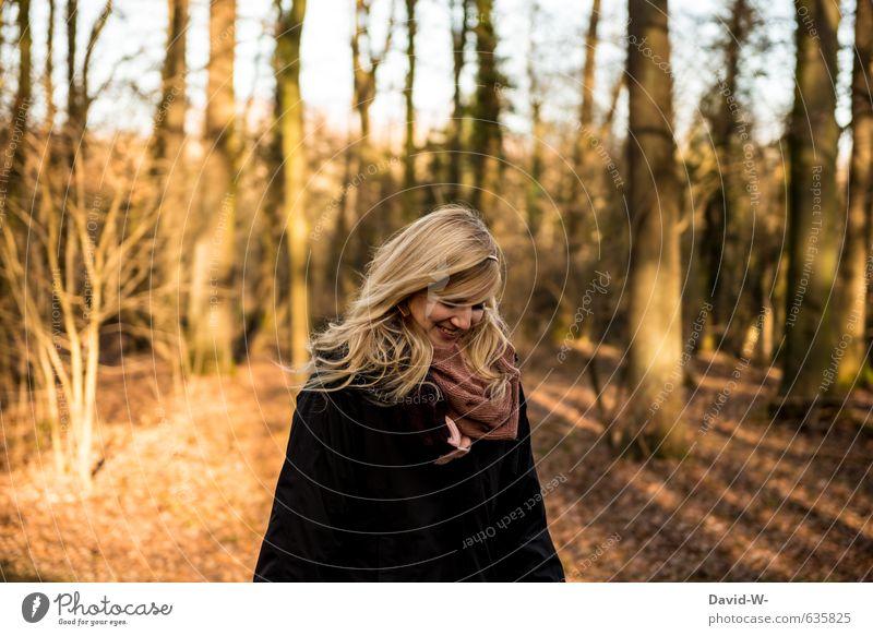 lächelnde glückliche junge Frau herbstlich verliebt blond hübsch wald