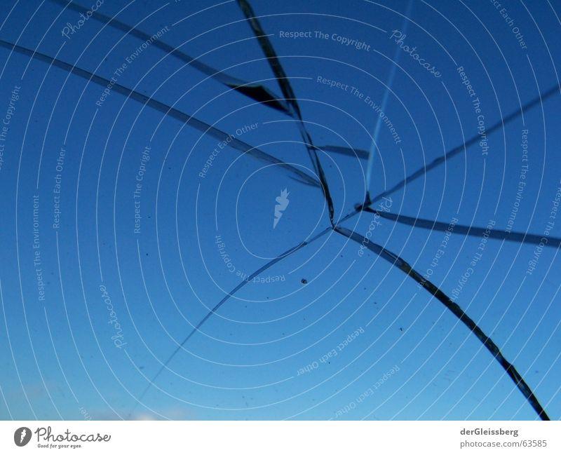 Bruchteile, fractions Himmel blau kalt Fenster Angst Glas gefährlich bedrohlich nah Teile u. Stücke obskur gebrochen Fensterscheibe Panik unsicher Splitter