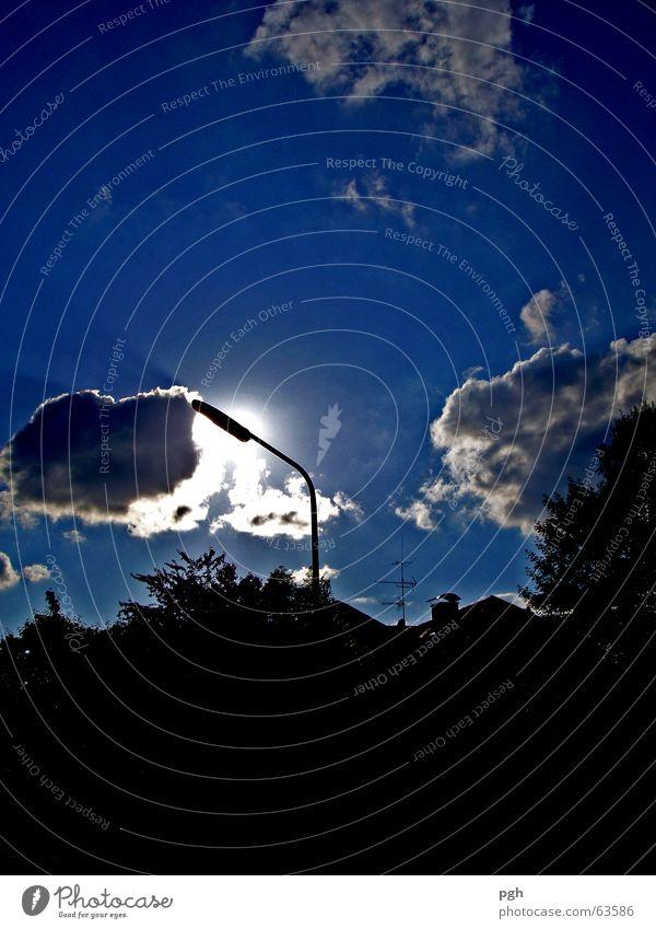 Wolke küsst Lampe Himmel Baum Sonne blau Wolken dunkel Stimmung Straßenbeleuchtung