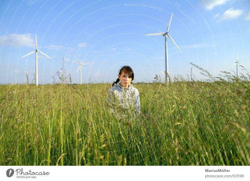 Laura Natur Mädchen grün blau Sommer Wiese Gras Feld Erneuerbare Energie Wissenschaften Idylle Windkraftanlage ökologisch Mensch