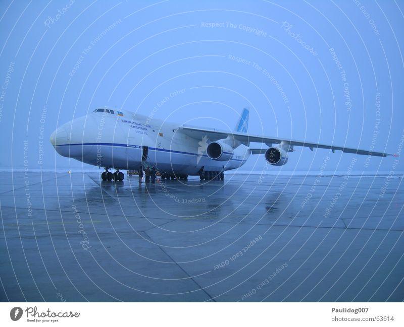 Antonov 124 Flugzeug Flugplatz Güterverkehr & Logistik Frachtraum Langzeitbelichtung Monochrom Landebahn antonov124 Luftverkehr Frachtflugzeug