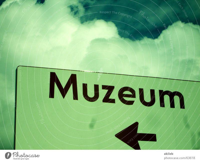 Museum Himmel rot Wolken Wege & Pfade Schilder & Markierungen Information Pfeil Richtung Museum links