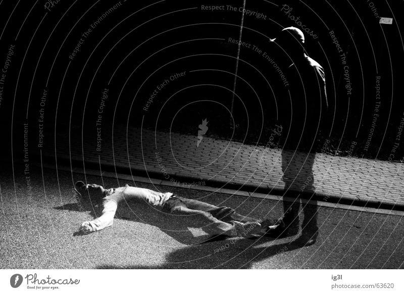 suizid Mensch Mann Kerl maskulin anziehen Bekleidung Leben töten Niederlage geschlagen ähnlich 2 Einsamkeit Zusammensein unbequem hart kalt Fahrbahn vertikal
