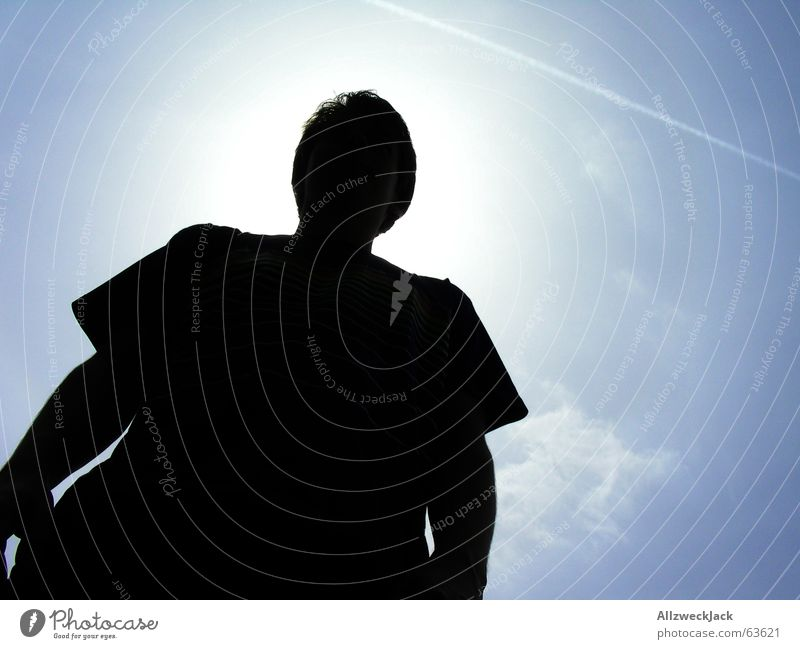 Der große Unbekannte Mann schwarz Schatten schlechtes Wetter verdeckt Erkenntnis Außenaufnahme Torso Silhouette fremd Macht dunkel vorwärts Himmel blau Wolken