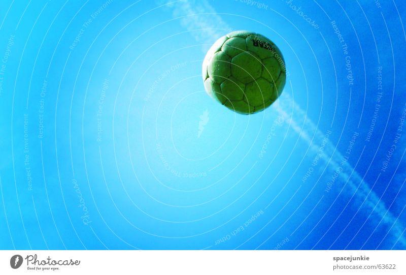 Ein Ball fliegt seinen Weg Weltmeisterschaft Sportveranstaltung Außenaufnahme Fußball fifa Himmel blau