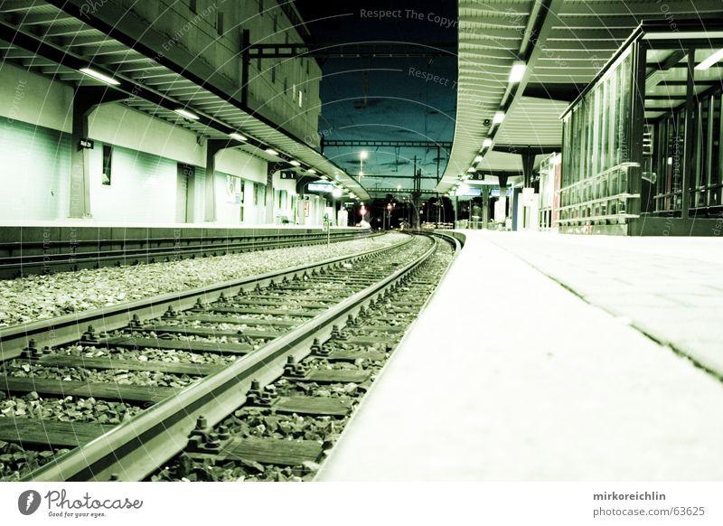 Gleis 13 Haus Wolken dunkel Eisenbahn lang Gleise Amerika Mond Bahnhof Belichtung unheimlich