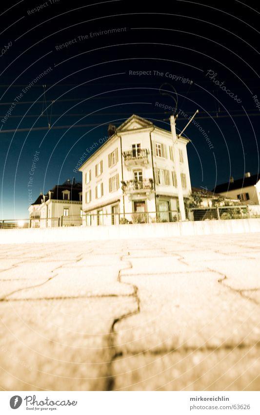 Geisterhaus Haus Wolken dunkel Eisenbahn lang Gleise Amerika Mond Bahnhof Belichtung unheimlich