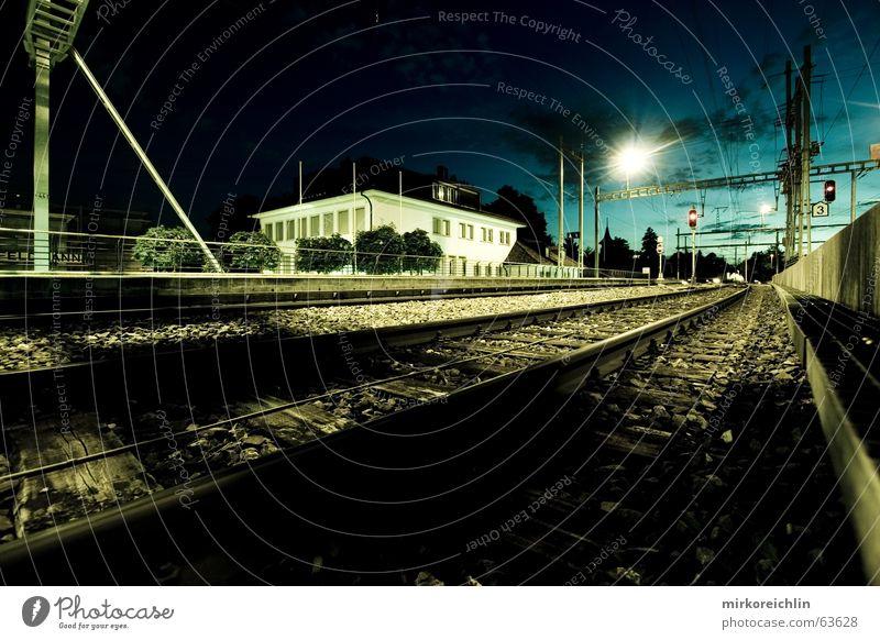 Mein Bahnhof Haus Wolken dunkel Eisenbahn lang Gleise Amerika Mond Bahnhof Belichtung unheimlich