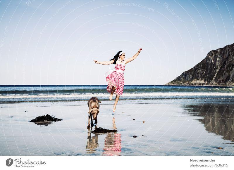 Endlich Sommer Hund Frau Ferien & Urlaub & Reisen Sommer Sonne Meer Freude Strand Erwachsene Berge u. Gebirge feminin Glück Mode elegant Zufriedenheit Lifestyle