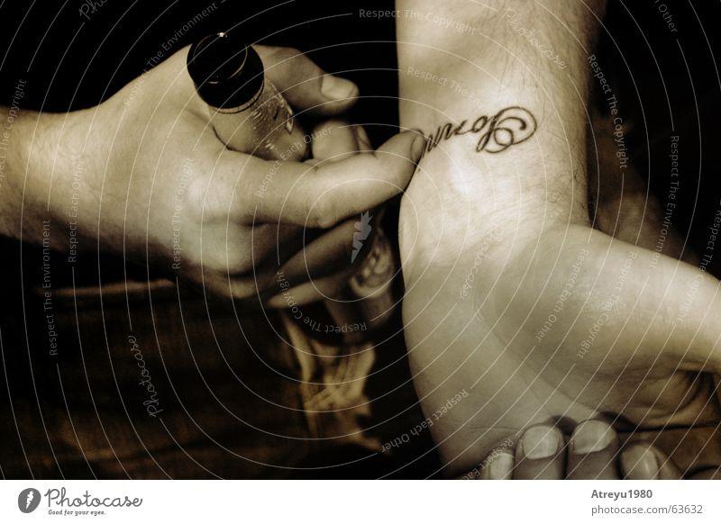 Sonni Hand Arme Finger Jeanshose trinken Bier Tattoo