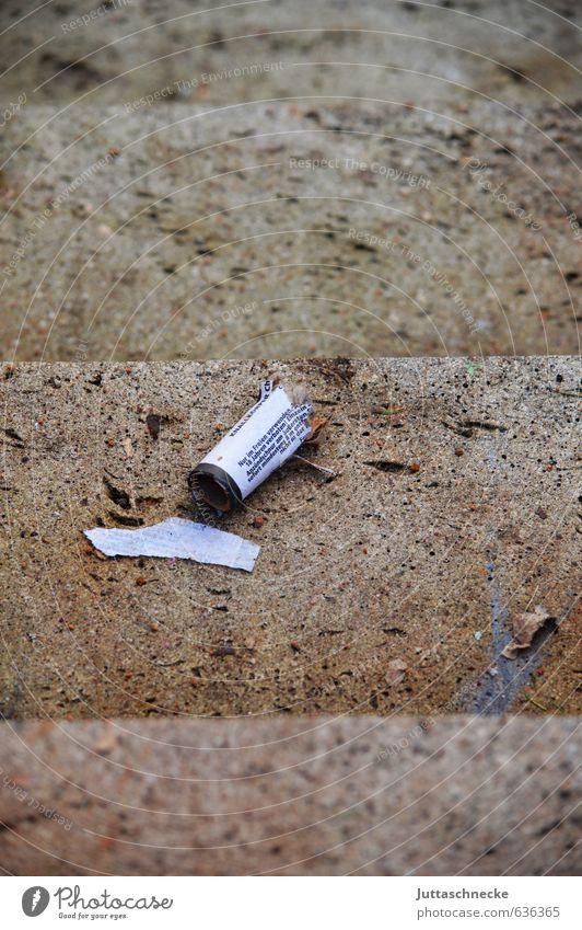 Durchgeknallt grau Feste & Feiern liegen Party Treppe kaputt Müll Silvester u. Neujahr Karneval Feuerwerk vergangen Rest verschwenden ausgebrannt