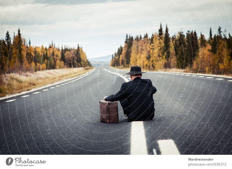 Müde.... Mensch Ferien & Urlaub & Reisen Mann alt Einsamkeit Erholung ruhig Ferne Wald Erwachsene Leben Traurigkeit Straße Senior Herbst Wege & Pfade
