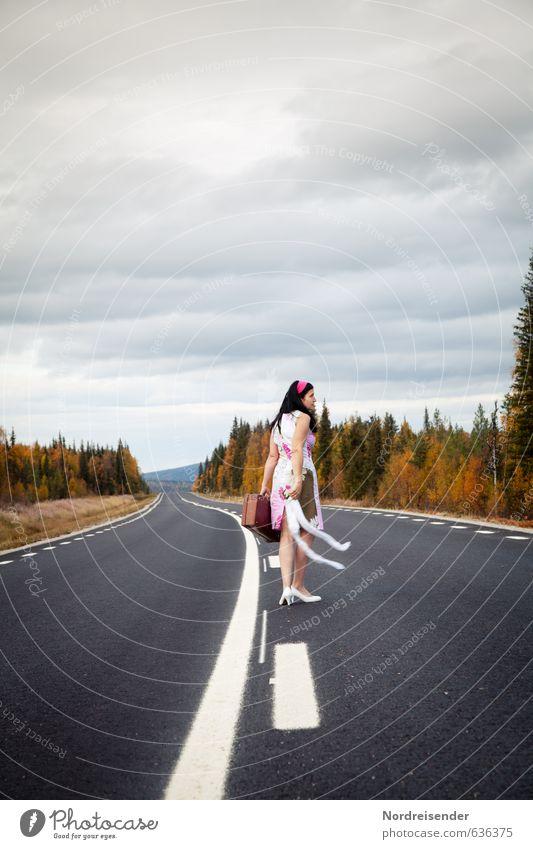 Ich bin dann mal weg.... Mensch Frau Natur Ferien & Urlaub & Reisen Einsamkeit Landschaft Erwachsene Straße feminin Herbst Wege & Pfade Stil Freiheit Mode
