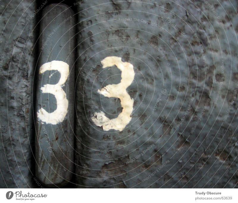 postcard no. 33 alt Metall Hintergrundbild Ziffern & Zahlen verfallen Rost Eisen Oberfläche verwittert Oxidation