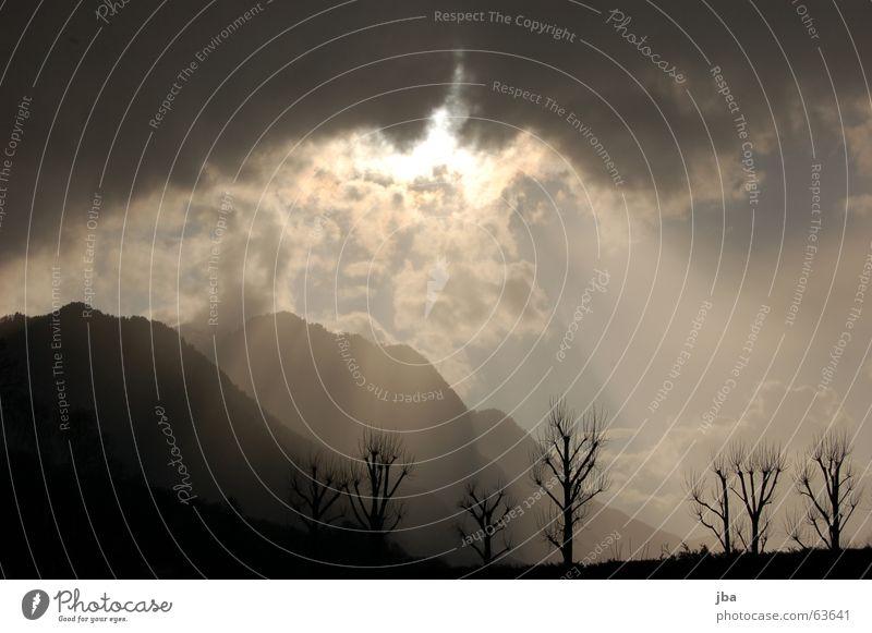 Strahlenmeer Himmel Baum Sonne Wolken dunkel Berge u. Gebirge hell Schweiz Hügel Strahlung brechen Durchbruch Reanimation Wolkenfetzen vermuten