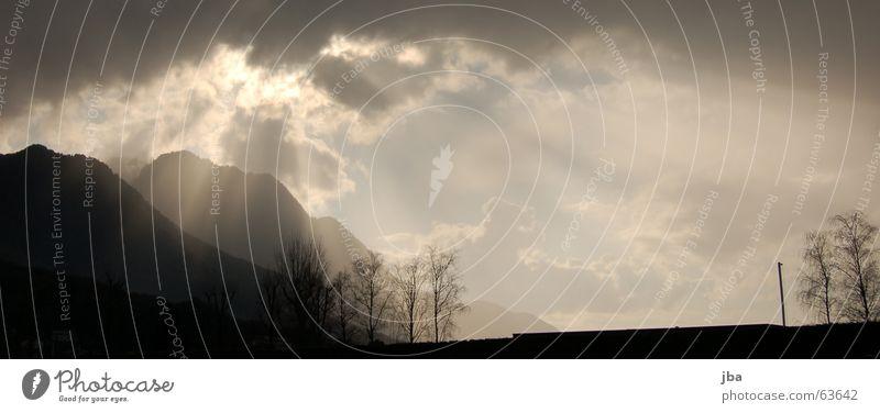 Durchbruch Himmel Baum Sonne Wolken dunkel Berge u. Gebirge hell Schweiz Hügel Strahlung brechen Reanimation Wolkenfetzen vermuten
