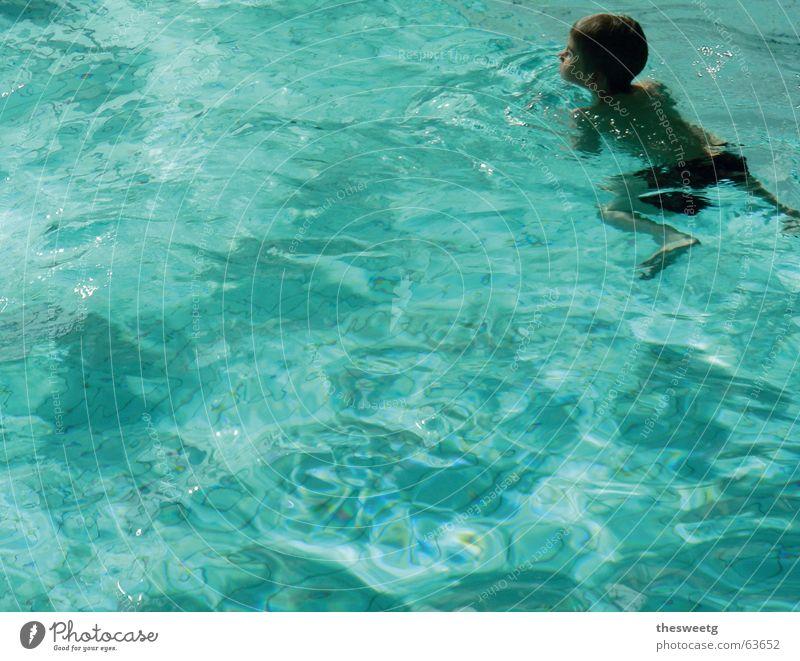 throw away your schwimmflügerl Kind blau Wasser Junge Schwimmen & Baden Schwimmbad einzeln türkis Textfreiraum Wasseroberfläche Freibad Wasserspiegelung Brustschwimmen 1 Mensch