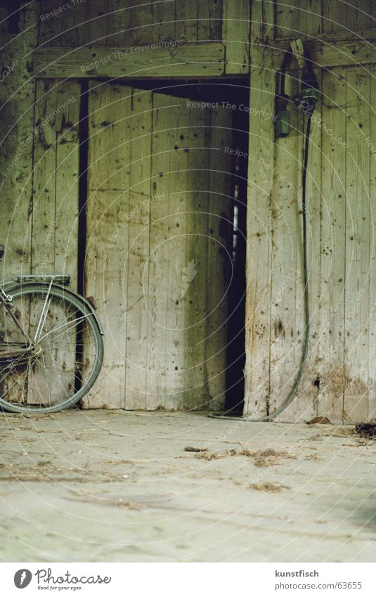 I'm fucking old.... Scheune alt schädlich Heimat heimatlich Tradition Bauwerk Arbeit & Erwerbstätigkeit Eingang Tür Griff Staub Müll Fahrrad Licht rot vergessen