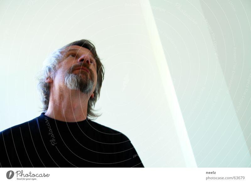 Aufblick Mann weiß schwarz oben grau Spiegel Sehnsucht Bart Spiegelbild