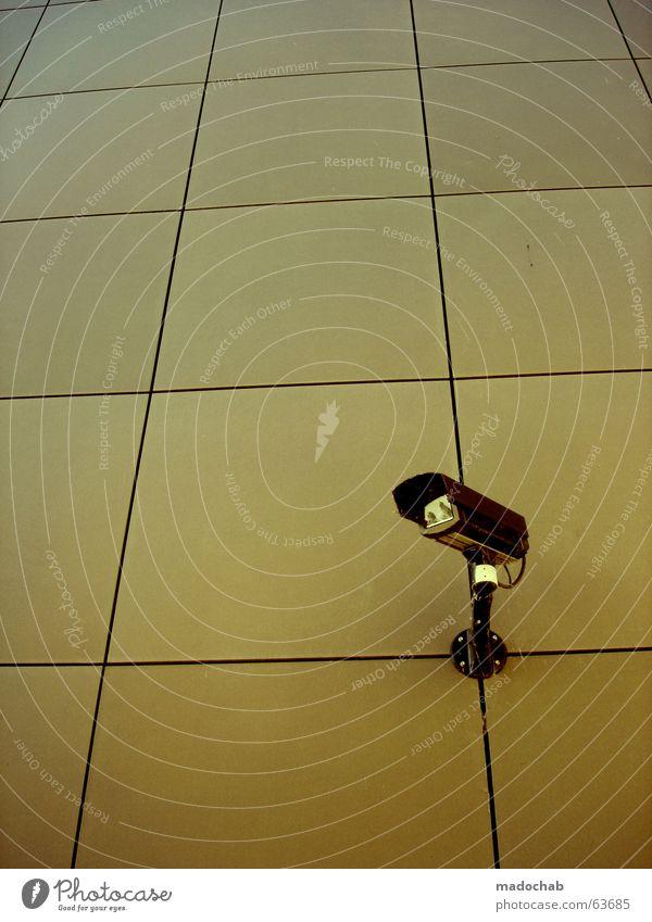 KONTROLLE | security überwachung kamera technik video public Auge Wand gold modern offen Perspektive Sicherheit trist Technik & Technologie Industriefotografie Filmindustrie beobachten Fotokamera Vertrauen geheimnisvoll