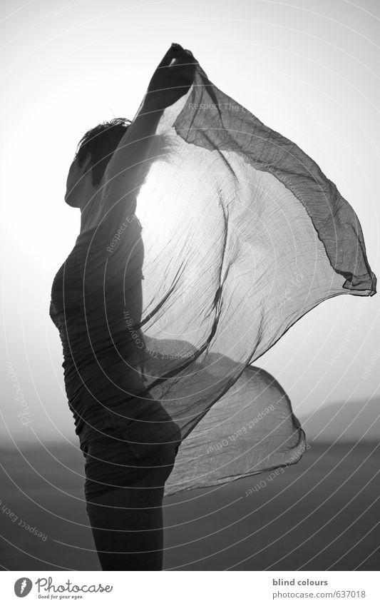 s'envoler Kunst ästhetisch Zufriedenheit Frau Frauenkörper Tuch wehen Wüste Sand Erotik Wind Schwarzweißfoto Außenaufnahme Makroaufnahme Experiment abstrakt