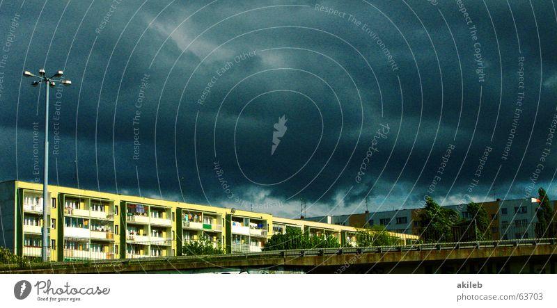 Apokalypse Unwetter Stadt dunkel Haus Plattenbau Himmel blau Gewitter Häusliches Leben clouds sky