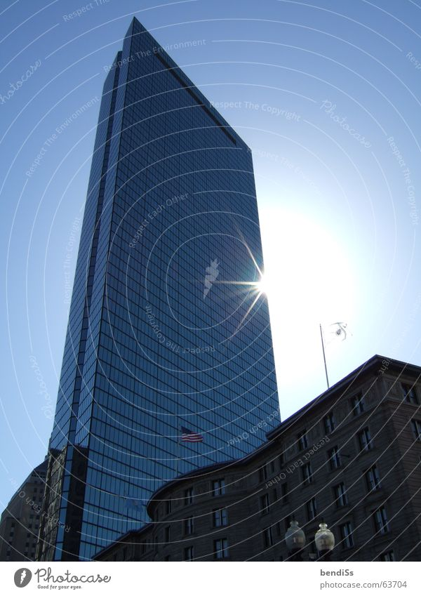 John Hancock Tower Hochhaus Morgen Spiegel Glasfassade High-Tech Sonnenstrahlen brechen Boston Neuengland Massachusetts Blauer Himmel Ostküste Licht USA blau