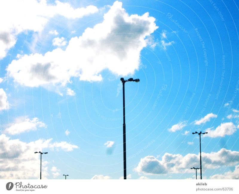 Laterne, Laterne, Sonne, Mond und Sterne Himmel blau Wolken Beleuchtung hoch Platz Parkplatz Straßenbeleuchtung Flutlicht Parkplatzbeleuchtung