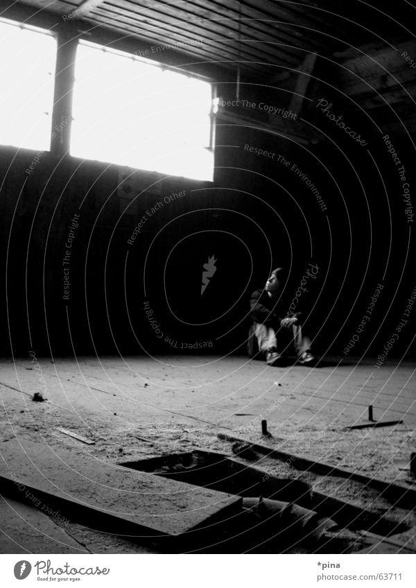 rockwell Mensch Mann alt Einsamkeit dunkel Fenster Denken warten dreckig planen sitzen Hoffnung Fabrik kaputt Wunsch schäbig