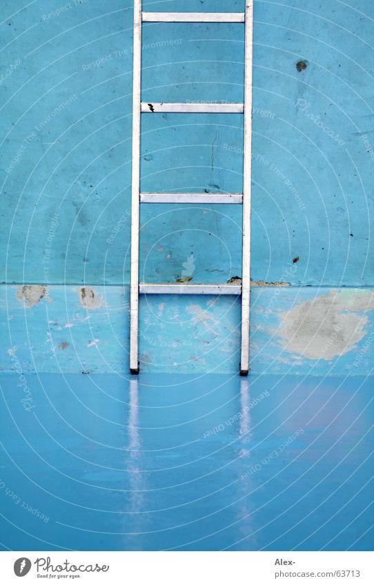 Karriereleiter Beruf aufsteigen Aluminium Stahl Schwimmbad stehen Ecke nass feucht Glätte Erfolg Abstieg Klettern Treppe hoch aufwärts oben Leiter blau liegen