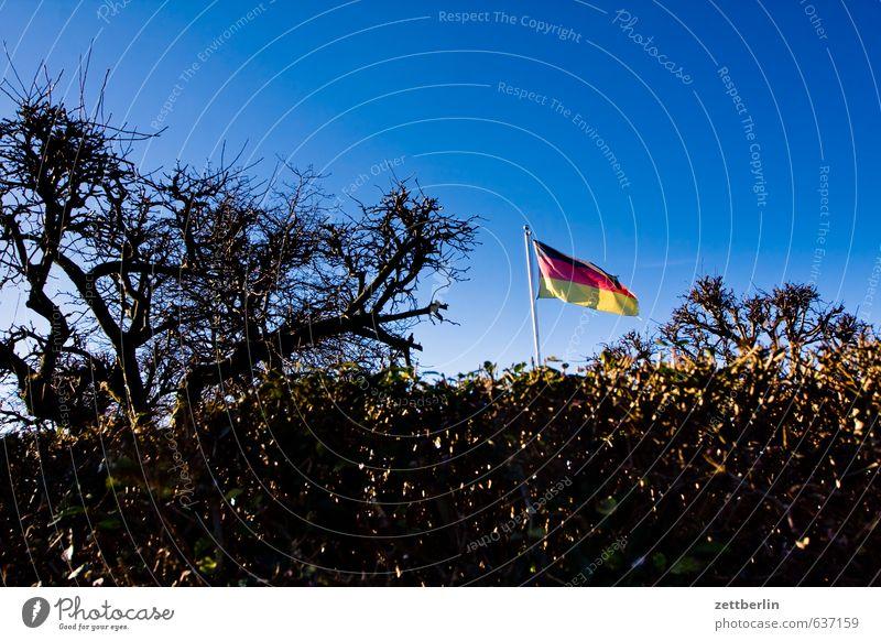 Fahne Stadt Architektur Berlin Garten Deutschland Stadtleben Wind Deutsche Flagge wehen Fahnenmast Schrebergarten Nationalitäten u. Ethnien flattern