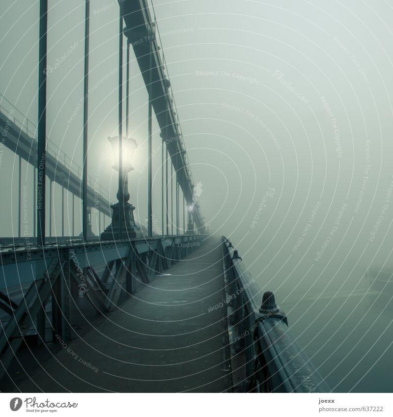 Heimweg Herbst schlechtes Wetter Nebel Brücke Wege & Pfade alt Unendlichkeit grau grün schwarz weiß ruhig Trauer Tod Letzter Weg Kettenbrücke Straßenbeleuchtung