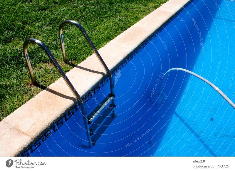 Schlechte Kopie Schwimmbad ruhig Steg Holzbrett Gras grün braun einladend Einsamkeit erholsam Erholung harmonisch Spanien Hotel frisch Staubsauger Wasser