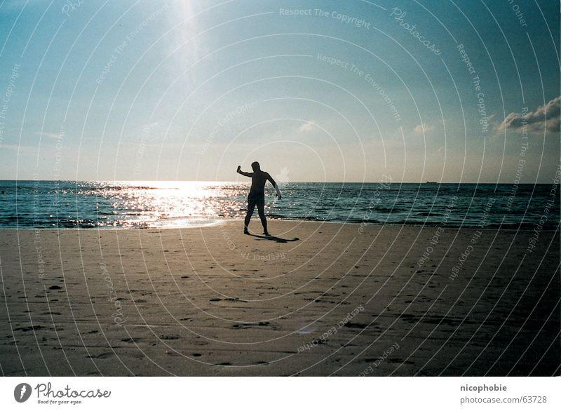 Prost Sonne Mensch Himmel Ferien & Urlaub & Reisen Mann blau Sommer Sonne Meer Einsamkeit Wolken Strand gelb Wärme Sand Bier Physik