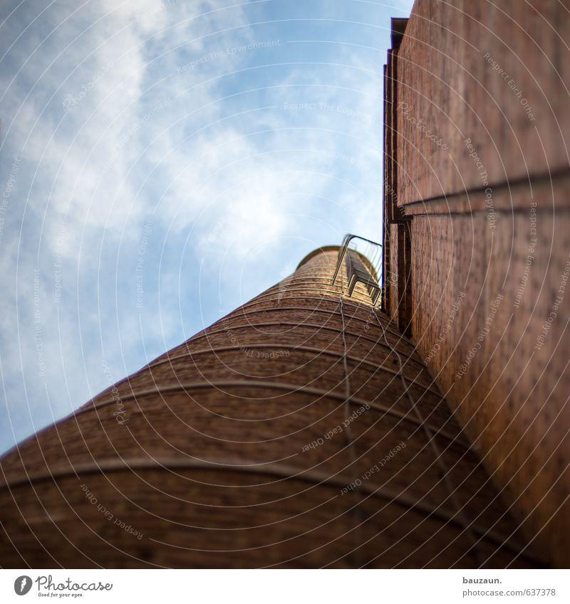 blick nach oben. Leiter Himmel Wolken Schönes Wetter Industrieanlage Fabrik Ruine Bauwerk Gebäude Mauer Wand Fassade Stein Metall alt eckig Unendlichkeit rund