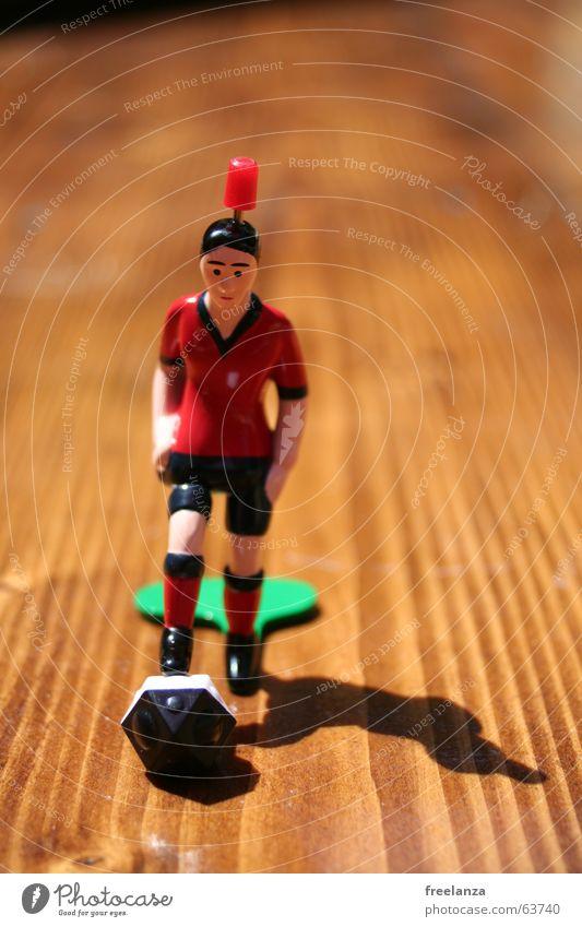 Der Ball hat Ecken... weiß grün rot schwarz Sport Holz Fußball braun Finger Dinge Statue obskur Ballsport