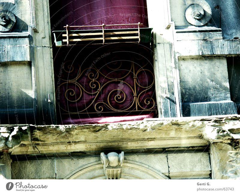schräges Teil Stil mehrfarbig verfallen Sauberkeit Blumenkasten Balkonpflanze leer Spirale Gemäuer antik Schnörkel Stuck violett frontal Fassade Putz