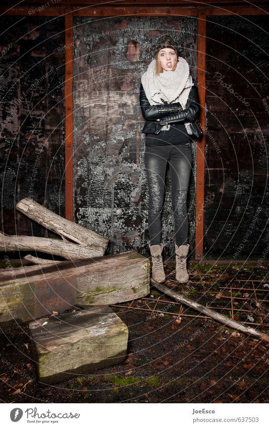 #637503 Stil Abenteuer Nachtleben ausgehen Feste & Feiern Frau Erwachsene Leben 1 Mensch Mode Mütze blond Kommunizieren toben Coolness dunkel eckig trendy