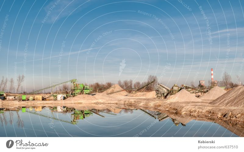 kleines Kieswerk blau Architektur Stein Sand braun Business Fröhlichkeit Freundlichkeit Baustelle Schornstein Teich Umweltschutz Mittelstand Baumaschine